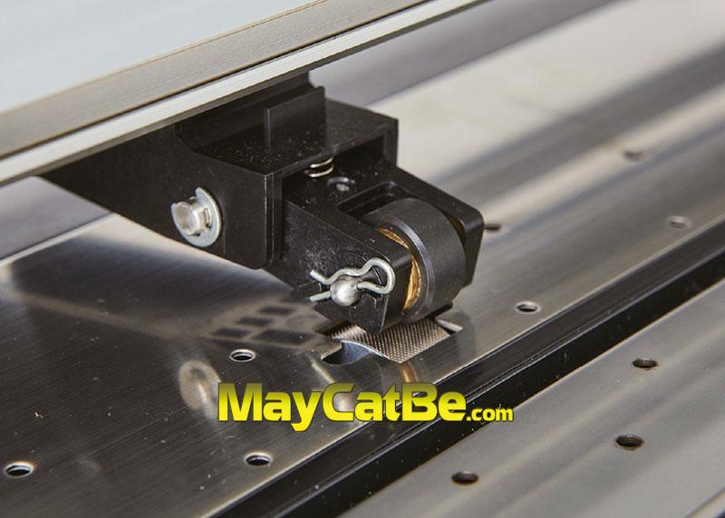 Trục nhám và cần gạt bánh tỳ máy cắt bế Graphtec CE7000 được cải tiến giúp máy cắt dài không lệch